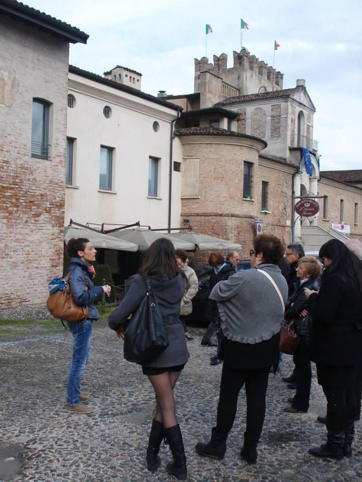 Ilaria Mirani durante una visita guidata a Orzinuovi
